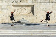 ATENAS, GRÉCIA - 19 DE JANEIRO DE 2017: Evzones - protetores presidenciais no túmulo do soldado desconhecido, o parlamento grego  Imagens de Stock Royalty Free