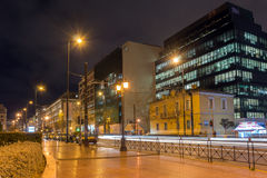 ATENAS, GRÉCIA - 20 DE JANEIRO DE 2017: Foto da noite da rua em Atenas, Grécia Fotografia de Stock Royalty Free