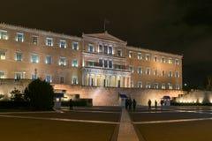 ATENAS, GRÉCIA - 20 DE JANEIRO DE 2017: Foto da noite do parlamento grego em Atenas, Grécia Imagem de Stock