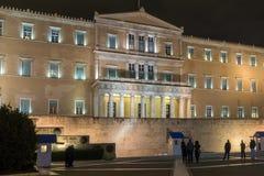 ATENAS, GRÉCIA - 20 DE JANEIRO DE 2017: Foto da noite do parlamento grego em Atenas, Grécia Fotografia de Stock Royalty Free