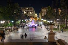 ATENAS, GRÉCIA - 19 DE JANEIRO DE 2017: Foto da noite do quadrado do Syntagma em Atenas, Grécia Fotografia de Stock