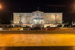 ATENAS, GRÉCIA - 19 DE JANEIRO DE 2017: Foto da noite do quadrado do Syntagma em Atenas, Grécia Imagens de Stock Royalty Free