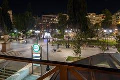 ATENAS, GRÉCIA - 19 DE JANEIRO DE 2017: Foto da noite do quadrado do Syntagma em Atenas, Grécia Fotografia de Stock Royalty Free