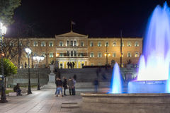 ATENAS, GRÉCIA - 19 DE JANEIRO DE 2017: Foto da noite do quadrado do Syntagma em Atenas, Grécia Imagem de Stock Royalty Free