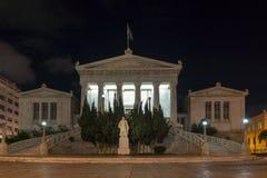 ATENAS, GRÉCIA - 19 DE JANEIRO DE 2017: Opinião da noite da biblioteca nacional de Atenas, Grécia Imagem de Stock Royalty Free