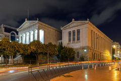 ATENAS, GRÉCIA - 19 DE JANEIRO DE 2017: Opinião da noite da biblioteca nacional de Atenas, Grécia Fotografia de Stock
