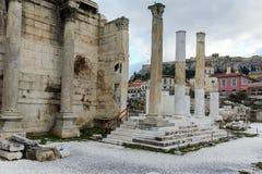 ATENAS, GRÉCIA - 20 DE JANEIRO DE 2017: Opinião da biblioteca do ` s de Hadrian em Atenas, Attica do por do sol Fotos de Stock Royalty Free