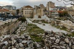 ATENAS, GRÉCIA - 20 DE JANEIRO DE 2017: Opinião da biblioteca do ` s de Hadrian em Atenas, Attica do por do sol Fotografia de Stock Royalty Free