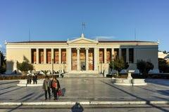 ATENAS, GRÉCIA - 19 DE JANEIRO DE 2017: Opinião da universidade de Atenas, Attica do por do sol Fotografia de Stock
