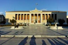ATENAS, GRÉCIA - 19 DE JANEIRO DE 2017: Opinião da universidade de Atenas, Attica do por do sol Imagens de Stock