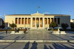 ATENAS, GRÉCIA - 19 DE JANEIRO DE 2017: Opinião da universidade de Atenas, Attica do por do sol Fotos de Stock