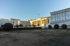 ATENAS, GRÉCIA - 19 DE JANEIRO DE 2017: Opinião da universidade de Atenas, Attica do por do sol Fotografia de Stock Royalty Free