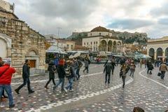 ATENAS, GRÉCIA - 20 DE JANEIRO DE 2017: Panorama do quadrado de Monastiraki, Atenas Imagens de Stock