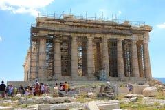 ATENAS, GRÉCIA - 18 DE JULHO DE 2018: Templo do Partenon sob a renovação com os turistas que visitam a acrópole em Atenas, Grécia imagens de stock royalty free