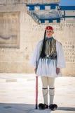Atenas, Grécia - 5 de março de 2017: Protetor da posição de Evzonas no parlamento grego fotografia de stock