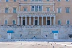 ATENAS, GRÉCIA - 16 DE SETEMBRO DE 2018: A construção helênica do parlamento no quadrado do Syntagma imagens de stock royalty free
