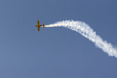 Atenas, Grécia 13 de setembro de 2015 Acrobacias acima no céu na mostra do voo da semana do ar de Atenas Imagem de Stock