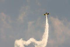 Atenas, Grécia 13 de setembro de 2015 Avião pequeno que faz acrobacias na mostra do voo da semana do ar de Atenas Imagem de Stock