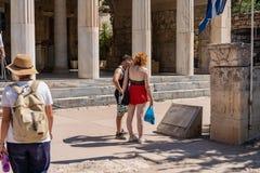 ATENAS, GRÉCIA - 17 DE SETEMBRO DE 2018: Lugar antigo na ágora antiga Turistas de passeio imagem de stock royalty free