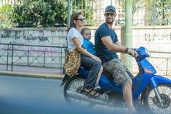 ATENAS, GRÉCIA - 16 DE SETEMBRO DE 2018: 'trotinette' de motor da equitação da família imagens de stock