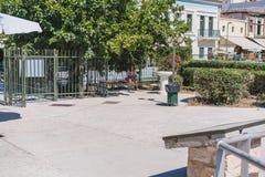 ATENAS, GRÉCIA - 17 DE SETEMBRO DE 2018: Uma mulher bonita nova que senta-se após o dia longo que anda em ruas de Plaka, Atenas fotografia de stock