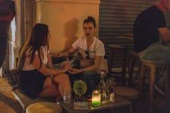 ATENAS, GRÉCIA - 16 DE SETEMBRO DE 2018: Vida noturno de Atenas Refrigeração para fora nas barras fotografia de stock