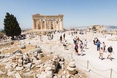 ATENAS, GRÉCIA - EM MAIO DE 2018: Turistas que visitam as ruínas do templo do Partenon fotografia de stock
