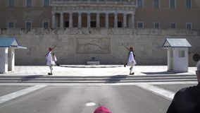 Atenas, Grécia - 11 04 2018: Guarda no dever cerimonial no palácio do parlamento Comemora todos aqueles soldados gregos que morre video estoque