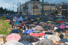 Atenas, Grécia, o 30 de junho de 2015 Os povos gregos demonstraram contra o governo sobre o próximo referendo Imagens de Stock
