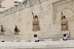 Atenas, Grécia, o 30 de maio de 2015 Mudança do protetor de Evzones na frente do parlamento de Grécia Fotografia de Stock