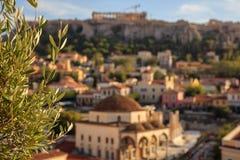 Atenas, Grécia Oliveira fundo no sumário da acrópole e do Monastiraki fotografia de stock