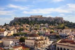 Atenas, Grécia Rocha da acrópole e quadrado de Monastiraki imagem de stock royalty free