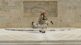 ATENAS, GRÉCIA SETEMBRO, 16, 2016: protetores no túmulo do soldado desconhecido perto do parlamento grego em Atenas fotografia de stock