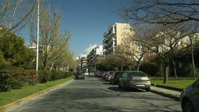 ATENAS, GRECIA - conduciendo en una carretera en Atenas, visión a través del parabrisas delantero El ir en el paso superior Hig d almacen de metraje de vídeo