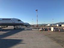 Atenas, Grecia 6 de diciembre de 2017: Aeropuerto con muchos aeroplanos fotos de archivo libres de regalías
