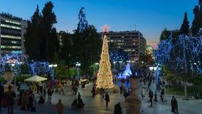 Atenas, Grecia 2 de diciembre de 2015 Gente local y turistas que caminan en adornado para el cuadrado de Sidagma de la Navidad en Foto de archivo