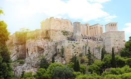 ATENAS, GRECIA - 18 DE JULIO DE 2018: ciérrese encima de vista de Acropoli famoso imagenes de archivo