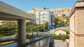 Atenas, Grecia 12 de marzo de 2017 Vista de la acrópolis del museo de la acrópolis en Atenas con el goce local de la gente y de l almacen de video