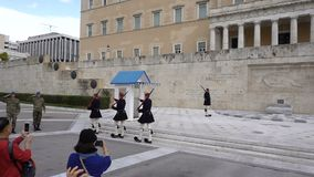 Atenas, Grecia - 15 de noviembre de 2017: Cambio del guardia presidencial delante del monumento del soldado desconocido almacen de video