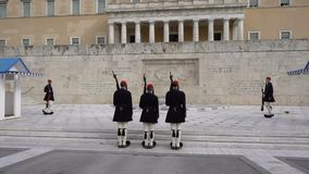 Atenas, Grecia - 15 de noviembre de 2017: Cambio del guardia presidencial delante del monumento del soldado desconocido almacen de metraje de vídeo