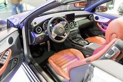 ATENAS, GRECIA - 14 DE NOVIEMBRE DE 2017: Interior del cabriolé de la E-clase de Mercedes en el salón del automóvil 2017 de Aftok Imagen de archivo