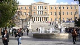 Atenas, Grecia - 15 de noviembre de 2017: La gente local y los turistas que caminan en el sintagma ajustan en Grecia con el edifi almacen de video