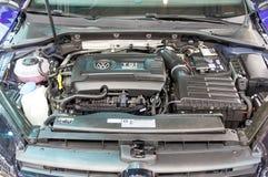 ATENAS, GRECIA - 14 DE NOVIEMBRE DE 2017: Motor de Volkswagen Golf R 310HP TSI en el salón del automóvil 2017 de Aftokinisi-Fisik Fotos de archivo libres de regalías