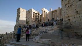 Atenas, Grecia - 15 de noviembre de 2017: Puerta de Propylaea en acrópolis ateniense almacen de video