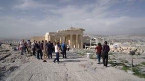 Atenas, Grecia - 15 de noviembre de 2017: turistas en el fondo de la puerta de Propylaea en acrópolis ateniense en Atenas metrajes