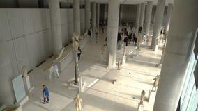 Atenas, Grecia - 15 de noviembre de 2017: Vista interior del nuevo museo de la acrópolis en Atenas Diseñado por el Suizo-francés almacen de metraje de vídeo