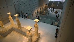 Atenas, Grecia - 15 de noviembre de 2017: Vista interior del nuevo museo de la acrópolis en Atenas Diseñado por el Suizo-francés almacen de video