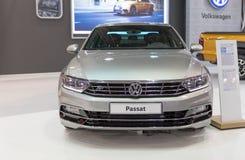 ATENAS, GRECIA - 14 DE NOVIEMBRE DE 2017: Volkswagen Passat en el salón del automóvil 2017 de Aftokinisi-Fisikon Fotografía de archivo
