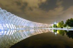 Atenas, Grecia 22 de octubre de 2015 Opinión de la noche del complejo olímpico de OAKA en Atenas que refleja en el lago Imagen de archivo libre de regalías