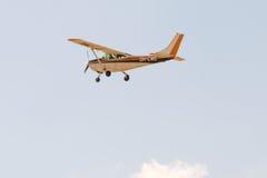 Atenas, Grecia 13 de septiembre de 2015 Aeroplano del aviador en el cielo en la demostración del vuelo de la semana del aire de A Imagen de archivo